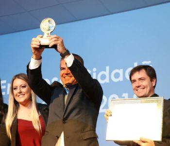 Imagem da notícia - Em Florianópolis, Renovigi levanta o troféu de Empresa Cidadã 2019